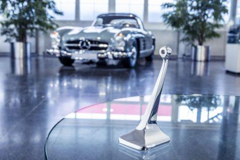 """Innenspiegelfuß_des_Mercedes-Benz_300_SL_(W_198,_""""Gullwing""""_und_Roadster)._Er_ist_als_Original-Ersatzteil_wieder_erhältlich_und_kann_bei_jedem_Mercedes-Benz_Partner_über_das_Classic_Center_bezogen_werden._Der_Spiegelfuß_wird_mithilfe_des_3D-Drucks_aus_ein"""