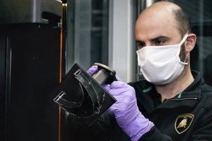 Mitarbeiter von Lamborghini überprüft die 3D-gedruckte Halterung der Visiere. Bild: Automobili Lamborghini S.p.A.