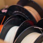 Filamente für den 3D-Druck in verschiedenen Farben.