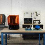 Arbeitsplatz_mit_innovativem_3D-Drucker_und_Materialien