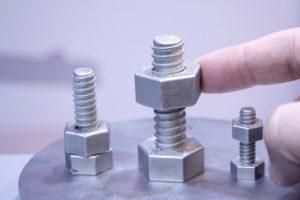Schrauben und Muttern, gedruckt mit einem Pulverbettverfahren